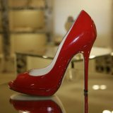 Арестован мужчина, похитивший 450 пар женских туфель из раздевалки